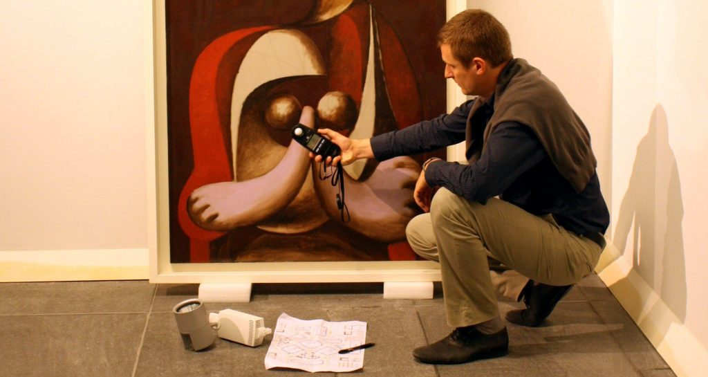 Assessment of lighting conditions on paintings for temporary expositions (international exchanges of paintings)